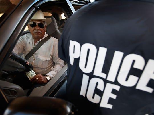 Un hombre cruza la garita México-EU por auto.