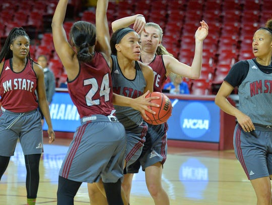 New Mexico State forward Tyler Ellis (22) splits a