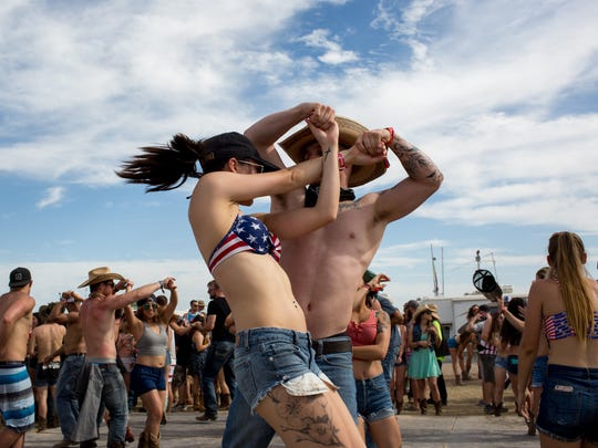 Jake Henry (right) and Vanessa Nunez (left) dance at Country Thunder in Florence, Ariz., on Saturday, April 8, 2017.