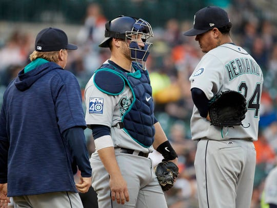 Mariners pitching coach Mel Stottlemyre Jr. (left) talks to starting pitcher Felix Hernandez and catcher Mike Zunino during the second inning Tuesday at Detroit.