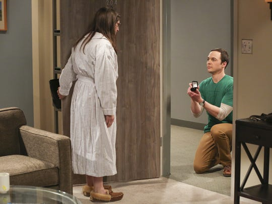 Sheldon (Jim Parsons) proposes to Amy (Mayim Bialik)