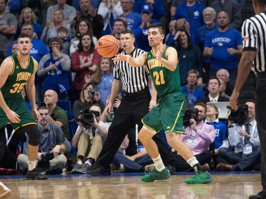 Vermont Catamounts guard Everett Duncan (21) passes