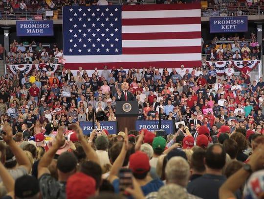 El presidente Donald Trump habla frente a sus seguidores