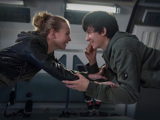 Tulsa (Britt Robertson) and Gardner (Asa Butterfield)