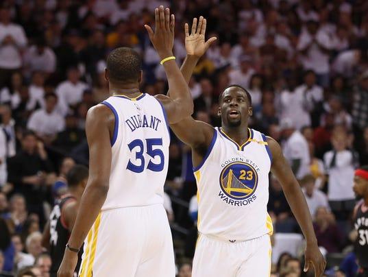Durant hoá điên giúp Warriors đánh bại Cavaliers ngày giáng sinh