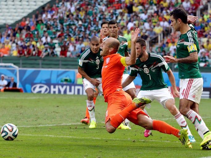 ¿Falta, trampa o colmillo?, esa es la duda que dejó Arjen Robben luego del supuesto penal recibido dentro del área, con el que Holanda consumó la remontada y la eliminación de México en la Copa del Mundo Brasil 2014.