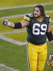 Packers tackle David Bakhtiari gestures to the fans