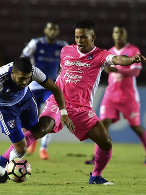 Amilcar Henriquez (right) of Arabe Unido  and Javier Morales of FC Dallas vie for the ball during a CONCACAF Champions League match.