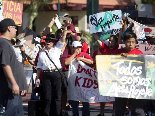 Familias de Mesa Royale protestan la durante una celebración