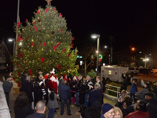 Spectators delight as Vineland's Christmas tree is