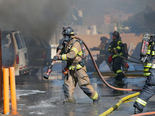 Los bomberos de Salinas, frustrados por su sueldo y por los turnos de tiempo extra que deben cubrir, le presentaron a la ciudad una notificación de arbitraje obligatorio con la esperanza de llegar a un acuerdo en las negociaciones del contrato laboral.