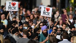 """People from Manchester's Sikh community carry """"I ❤"""