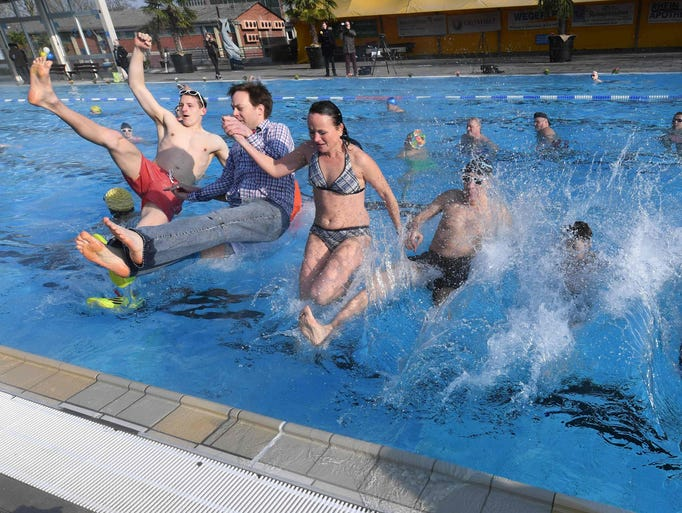 "Visitors of the ""Sonnenbad"" public swimming pool in"