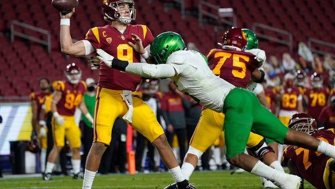 Oregon's Kayvon Thibodeaux sacks USC quarterback Kedon Slovis (9) during the second quarter of the Dec. 18 Pac-12 championship game in Los Angeles. The Ducks won 31-24.