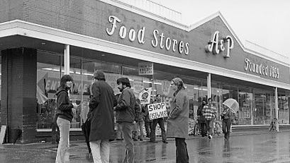A lettuce boycott at A&P Food Stores, Brookfeld Plaza, in 1973.
