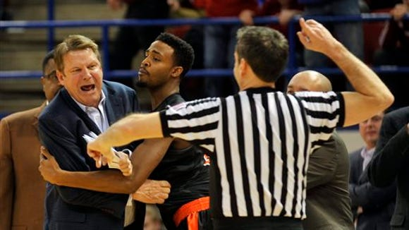 UTEP head coach Tim Floyd gets ejected from game early