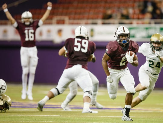 Dowling Catholic's Jason Murray (2) rushed for 1,947 yards last year, leading the Maroons to a fifth-straight Class 4A state championship. Murray is back for his senior campaign, and he and his teammates will open the 2018 season at No. 1 in the Des Moines Register's Super 10 high school football rankings.