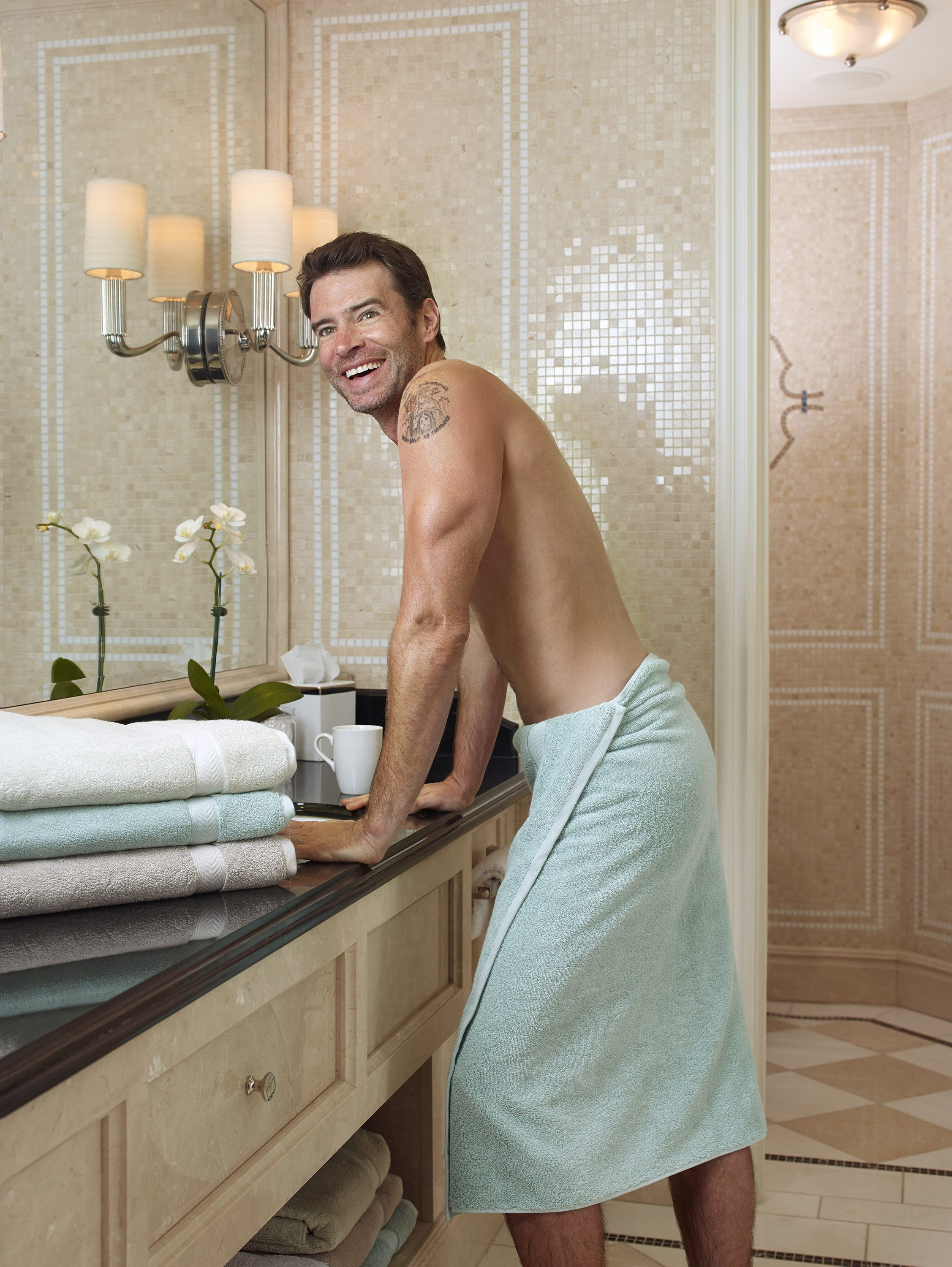 Scandal\u0027 star poses in (nothing but) a towel