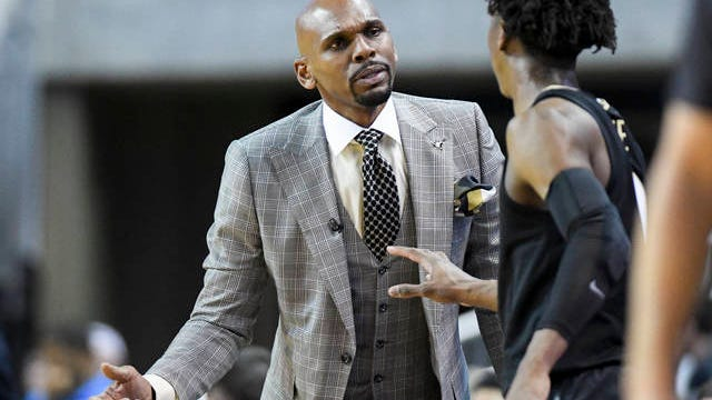 Vanderbilt coach Jerry Stackhouse makes a point with guard Saben Lee, who scored a career-high 27 points Wednesday night in the Commodores' 83-79 loss at No. 5 Auburn.