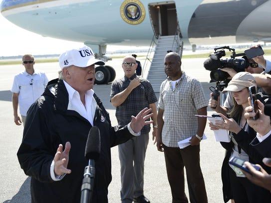 El presidente Trump habla con os medios antes de partir
