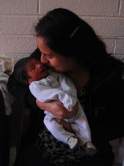 María besa con cariño a su hijo Angel.
