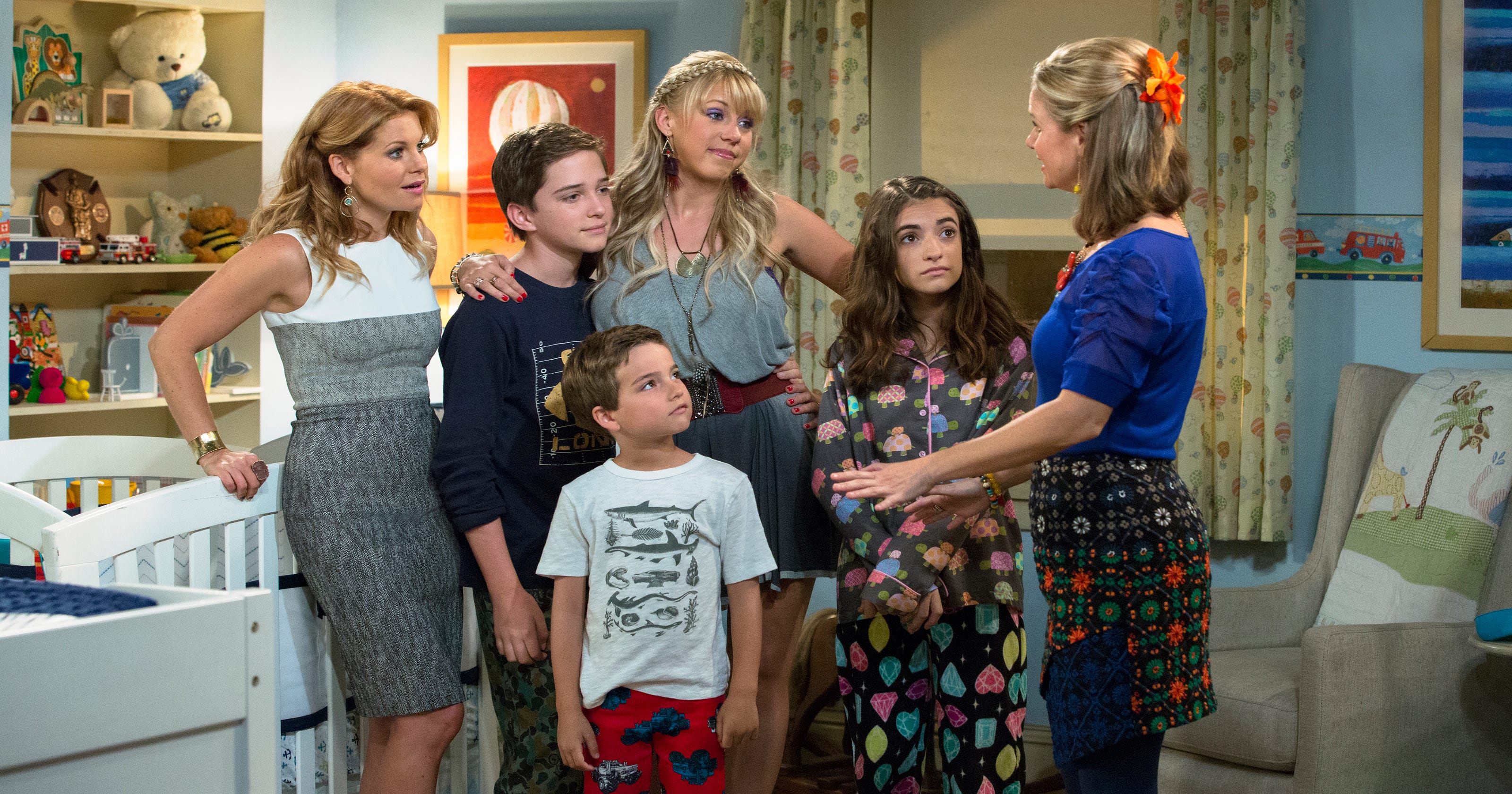 Fuller House' cast members are 'Everywhere You Look' in the new teaser
