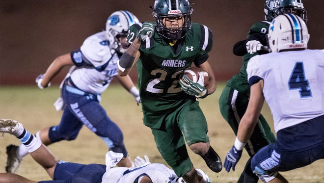 El Diamante's Devontae Freeman runs against Redwood in a Central Section Division II high school playoff football game on Thursday, November 9, 2017.