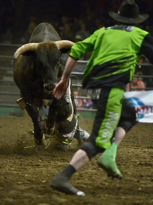 -05092015_bull riding-d.jpg_20150512.jpg