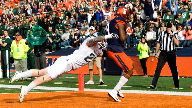 Michigan State linebacker Chris Frey can't stop Illinois wide receiver Sam Mays (9) from catching the game-winning touchdown pass during the fourth quarter as the Illini beat the Spartans, 31-27.