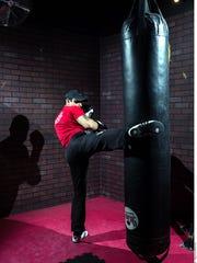 Con el costal pesado se trabaja una combinación de patadas en la parte baja, media o alta y golpes.