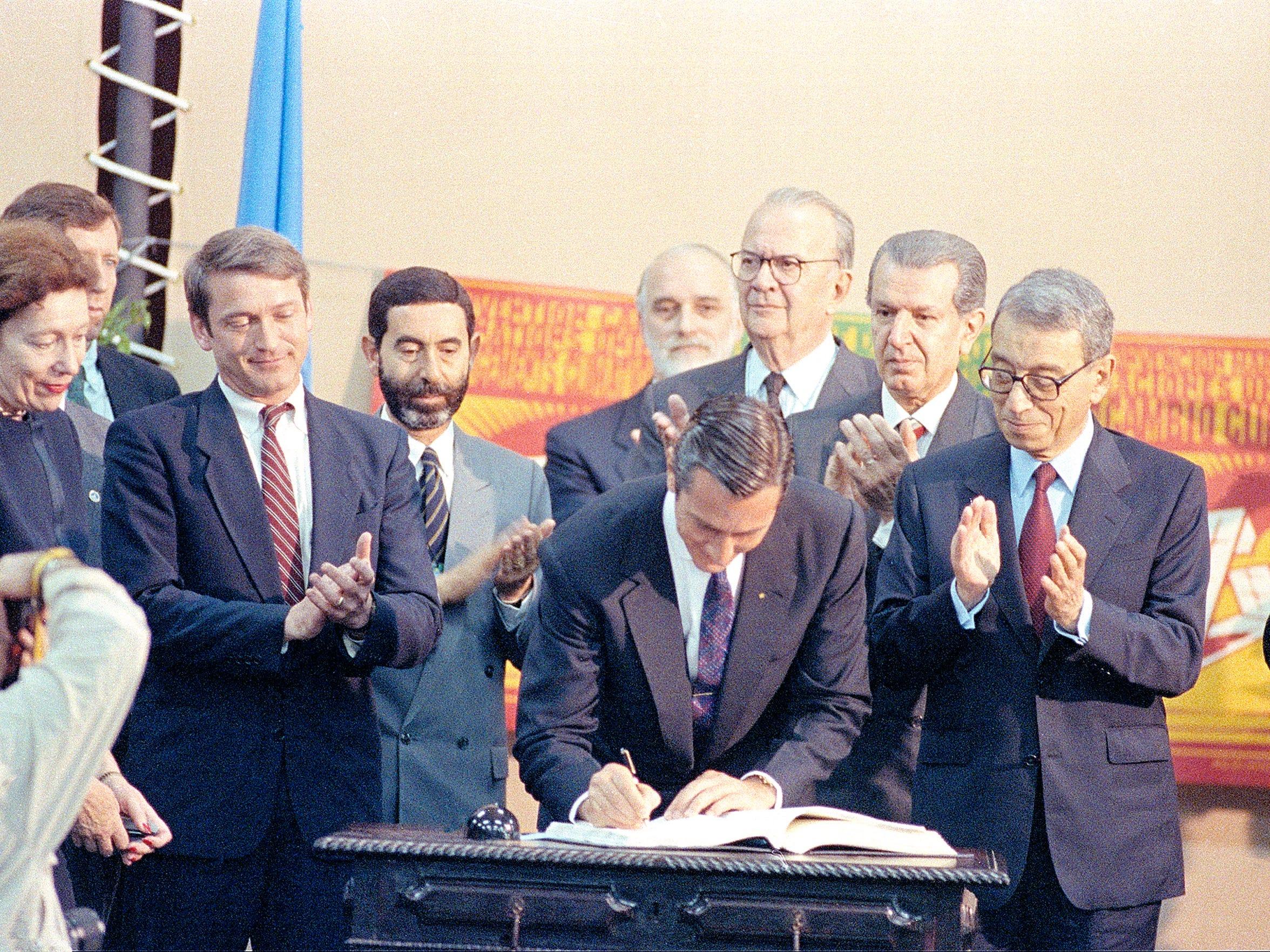 Brazilian President Fernando Collor de Mello, center,