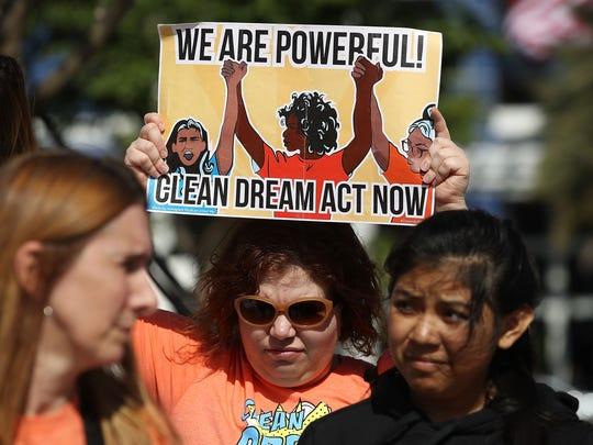 Activista protesta a favor de DACA.