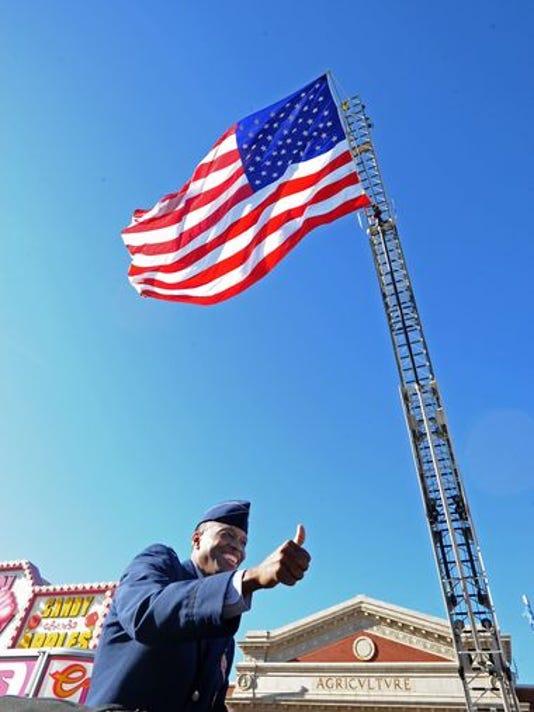 636135121651649329-635826186036200427-SHR-veterans-parade-1109-04.jpg