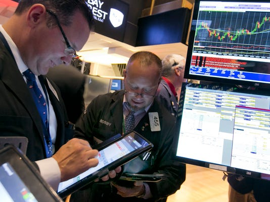 Nasdaq back in black for '15, Dow up 304