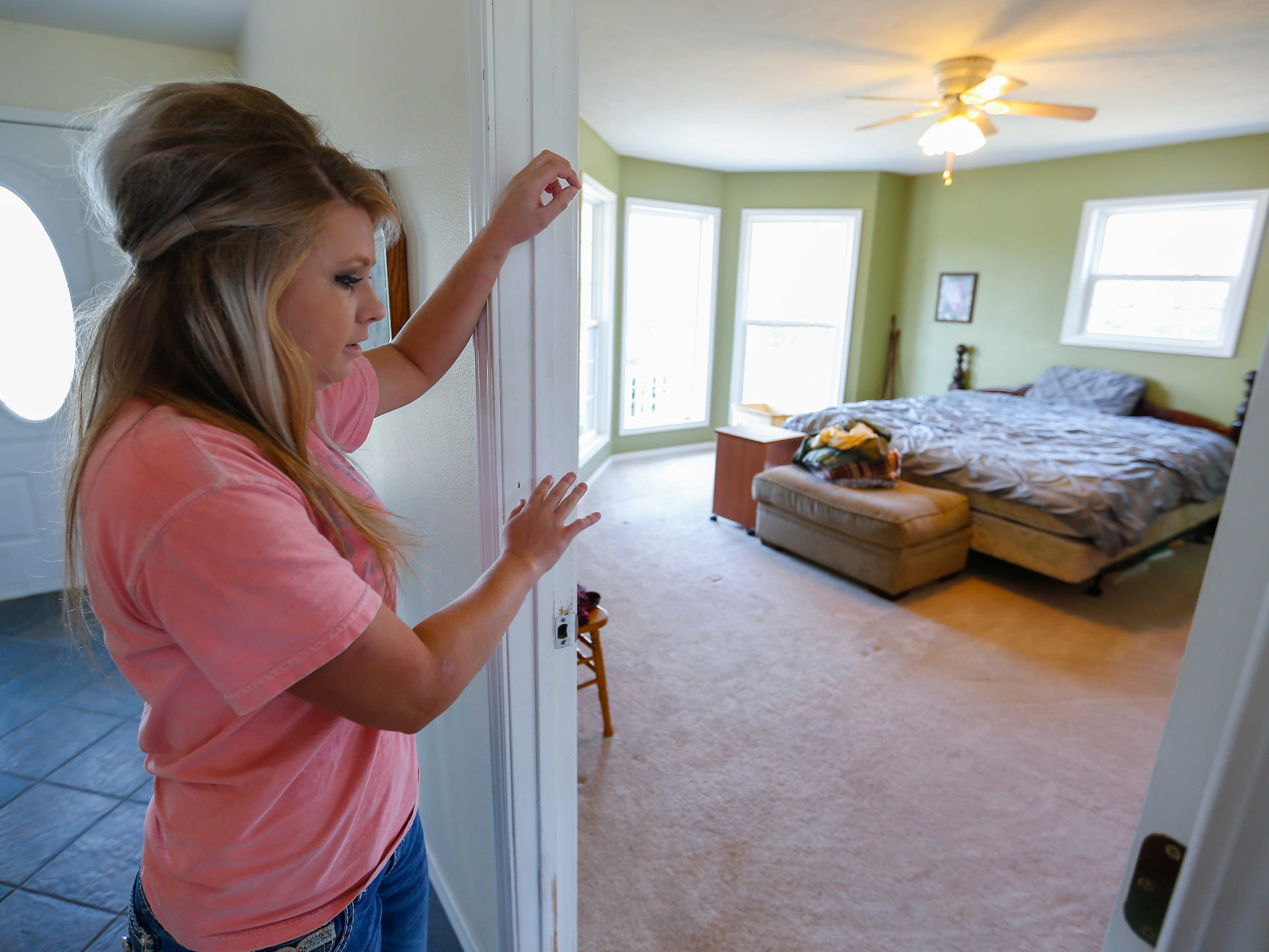 Amanda Jennings was home the night her mother died. She glanced into her parents' bedroom and saw her dad kneeling over her mother.