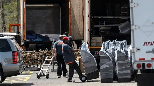 Officials remove machines from Green Charity Bingo after not being able to seize any from the Greenetrack facility. The Alabama Attny General's office ordered raids of Eutaw's bingo facilities, Monday, March 31, 2014, in Eutaw, Ala.  (AP Photo/Alabama Media Group, Vasha Hunt)