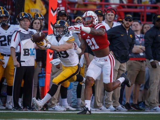 Iowa receiver Matt VandeBerg stretches to pull in a