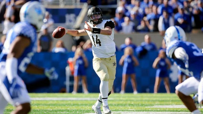 Vanderbilt quarterback Kyle Shurmur, center, looks for a receiver downfield in the first half of an NCAA college football game against Kentucky, Saturday, Oct. 8, 2016, in Lexington, Ky.