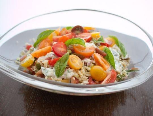 Ensalada de tomate y orzo con albahaca, yogur y menta