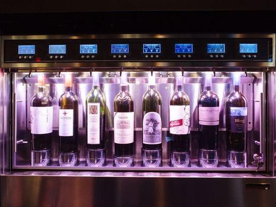 El sistema de dispensación de vino en Sorso Wine Room.