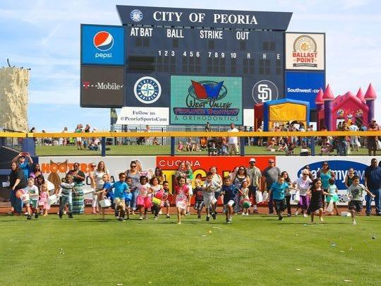 Los niños corren alrededor del campo de béisbol para