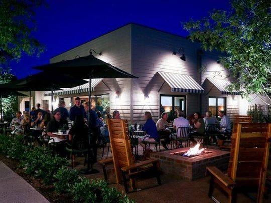 El patio en el restaurante Pomelo en Phoenix.