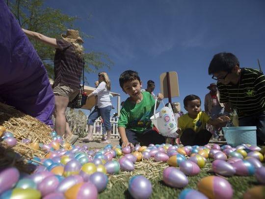 Los niños buscan huevos de Pascua detrás de la casa