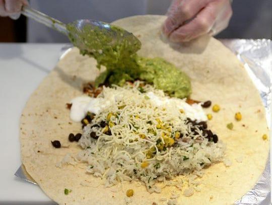 Construye un burrito monstruo en Chipotle Mexican Grill.