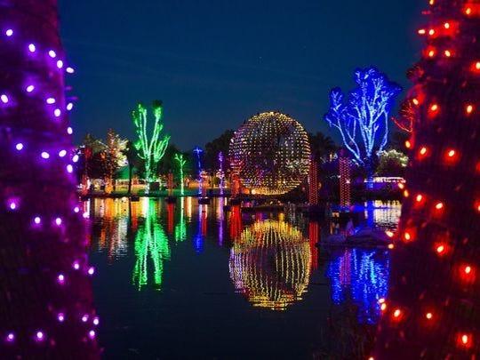 Las pantallas iluminan la noche en ZooLights en el zoológico de Phoenix.