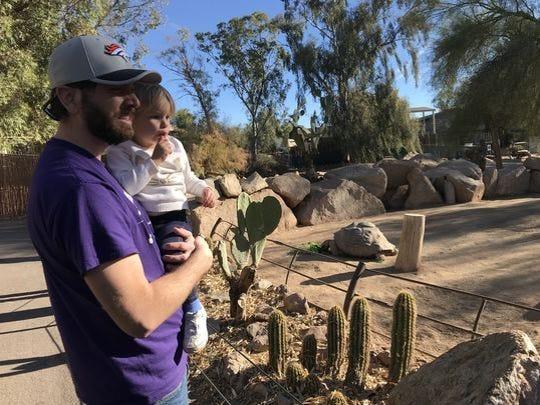 Si tiene suerte, puede ver tortugas de hace décadas comer sus almuerzos en el zoológico de Phoenix.