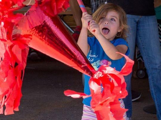 Valerie Flora le pega a la piñata en el Festival Anual