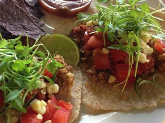The Tacos Duo en Cutting Board Bakery and Cafe.