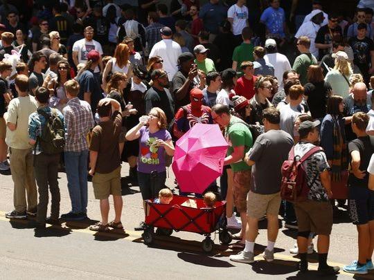 Largas filas se ven alrededor del Phoenix Comicon el 26 de mayo de 2017, en el Centro de Convenciones de Phoenix. Se implementaron nuevas medidas de seguridad luego de que un hombre armado fuera arrestado en el evento el día anterior.
