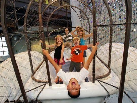 Pequeños se divierten en el Museo de los Niños de Phoenix.